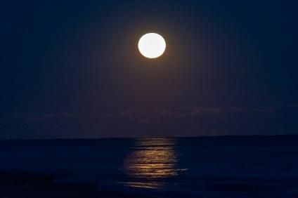 Moonrise at 18:55:51 Shutter Speed: .4 sec Aperture: f/5.3 ISO: 3200 220 mm