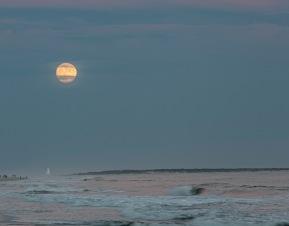 Moonrise at 18:57 on 30 September Shutter Speed: 1/6 Aperture: f/4.5 ISO: 50 Focal Length: 98mm